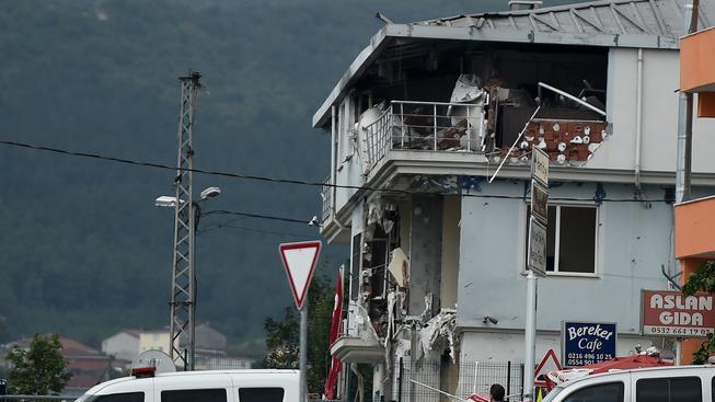 U policejní stanice ve čtvrti Sultanbeyli v Istanbulu vybuchlo auto naložené trhavinou