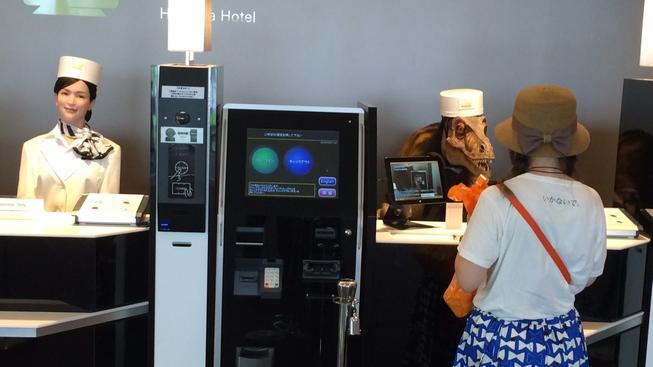 Hotel Henn-na má poněkud netradiční recepční (a nejen je)