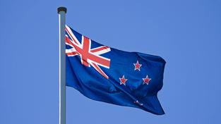 Současná vlajka se lidem často plete s australskou