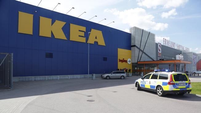 Z útoku v obchodním domě IKEA policie viní dva podezřelé muže