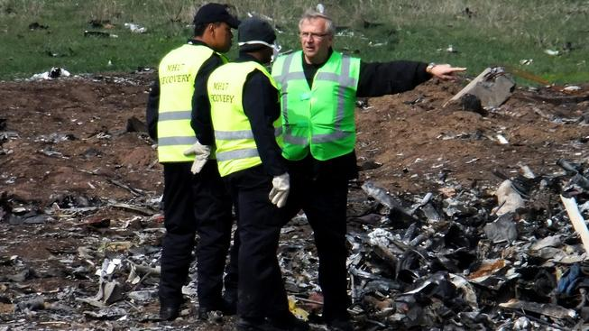 Vyšetřovatelé z mezinárodního týmu prozkoumávají místo havárie malajsijského boeingu
