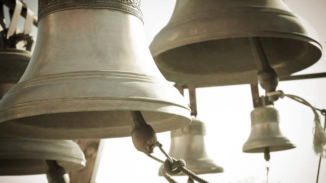 Rakouský farář zvonil na zvony v době probíhající demonstrace proti migrantům. Ilustrační foto