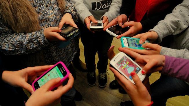 Vysvětlili jste dítěti včas, že telefon není hračka? Ilustrační snímek