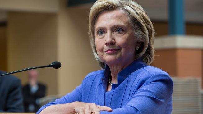 Clintonová má co vysvětlovat. V e-mailech řešila tajné informace