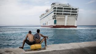 Uprchlíci na Kosu čekají, až se budou moci nalodit na obytný trajekt