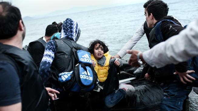 Řekové pomáhají uprchlíkům z Afghánistánu, kteří přistáli na ostrově Kos