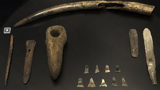 Pravěcí vrazi své oběti zabili šípy a kamennými sekerami, pak je vhodili do jámy (ilustrační snímek)