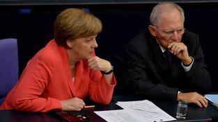 Německá kancléřka Merkelová a ministr financí Schäuble sledují debatu o balíčku pro Řecko