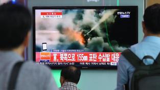 Lidé v Soulu sledují reportáž o střelbě přes hranici s KLDR