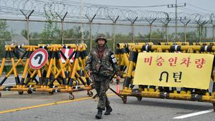 Jihokorejští vojáci hlídají silnici vedoucí do Severní Koreje