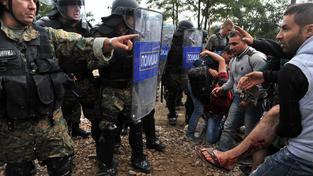 Na hranicích Makedonie s Řeckem docházelo celý den ke střetům uprchlíků s policií
