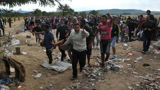 Tisícovkám uprchlíků se nakonec podařilo překonat hranici mezi Řeckem a Makedonií