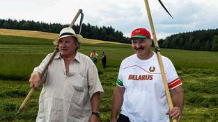 Lukašenko před volbami také učil francouzského herce Gerarda Depardieua, jak žnout