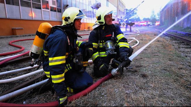 Hasiči dohašují požár v pražských Vysočanech