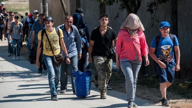 Nekonečné zástupy uprchlíků nyní míří z Makedonie do Srbska - poté poputují dál na Západ