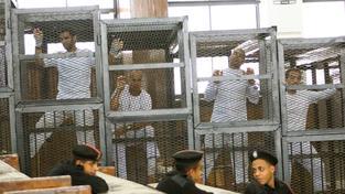 Trojici novinářů snížil soud trest na tři roky vězení. Na snímku u soudu zleva student Suhaib Saeed a novináři Al-Džazíry Australan Peter Greste, Kanaďan Mohamed Fahmy a Egypťan Báhir Muhammad