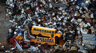 Škody způsobené Katrinou přesáhly částku 100 miliard dolarů. Po hurikánu zbyly místo domů jen třísky, auta se změnila jen v rezavějící plechy. Odklidit všechny následky trvalo roky