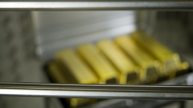 Firma slibovala, že pro své zákazníky nakoupí a uchová zlato (ilustrační foto)