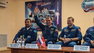 Kazašský, ruský a dánský kosmonauti na tiskové konferenci před odletem na ISS