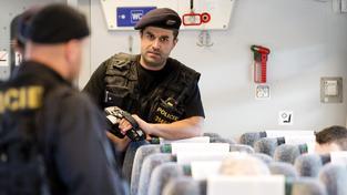 Čeští policisté na snímku kontrolují kvůli uprchlíkům vlak Budapešti do Hamburku