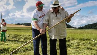 Depardieu se Běloruskem nadchnul během červencové návštěvy, během níž ho Lukašenko učil zemědělským pracem