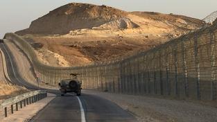 Na snímku izraelská hlídka podél plotu na hranicích s Egyptem