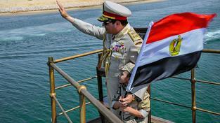 Sísí otevírá rozšířený Suezský průplav