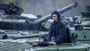 Jaceňuk na návštěvě vojenské základny ve Lvivu