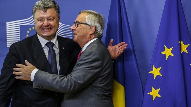 Ukrajinský prezident Viktor Porošenko s šéfem EK Junckerem