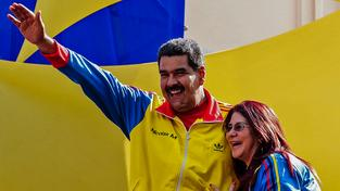 Venezuelský prezident Maduro s manželkou na mítinku v Caracasu