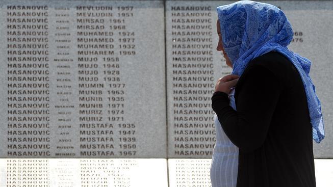 Deska se jmény obětí srebrenického masakru
