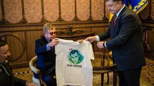 Elton John na setkání s ukrajinským prezidentem Porošenkem s tričkem s ukrajinským režisérem Sencovem odsouzeným v Rusku za špionáž