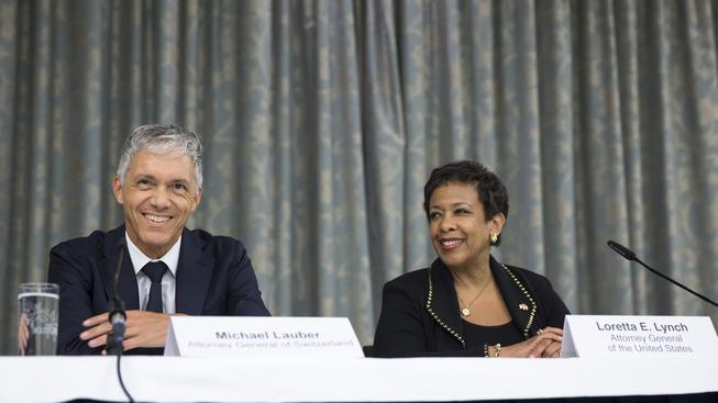 Loretta Lynchová a Michael Lauber na pondělní tiskové konferenci v Curychu