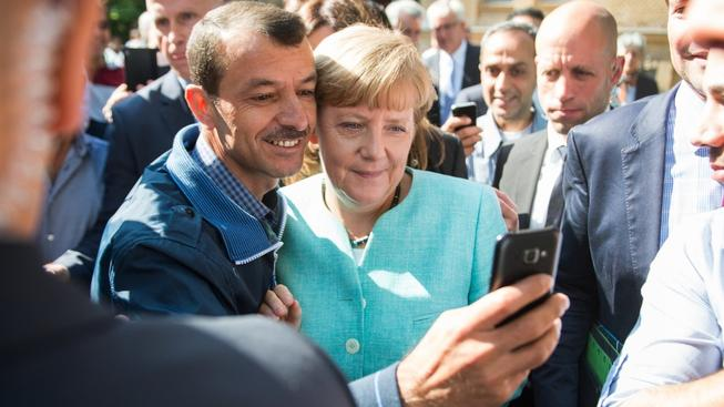 Německá kancléřka Angela Merkelová se fotí se Syrským uprchlíkem