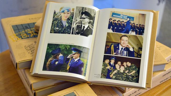 Kniha vězněné ukrajinské pilotky Savčenkové