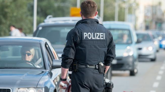 Německá policie kontroluje auta na dálnici A17