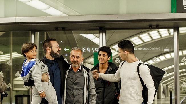 Usámu Abdula Mohsena (druhý zleva) s malým Zaídem přivítal v Madridu Miguel Angel Galan, který aspiruje na post prezidenta Španělské fotbalové federace