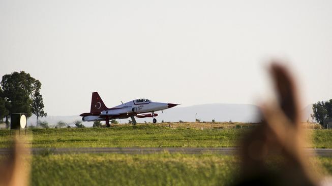 Turecká stíhačka krátce před vzletem. Ilustrační foto