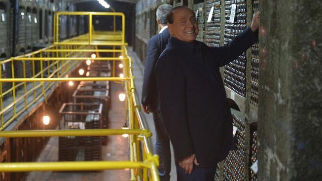 Silvio Berlusconi sahá pro vzácnou láhvi vína