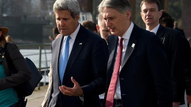 Ministři zahraničí USA a Británie jednali o situaci v Sýrii