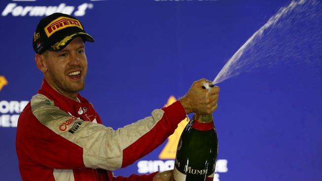 Sebastian Vettel slaví svůj triumf v Singapuru