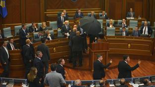 Ochranka se snažila chránit kosovského premiéra před vajíčky
