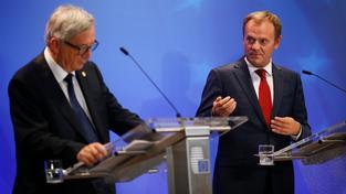 Donald Tusk a šéf Evropské Komise Jean-Claude Juncker seznamují média se závěry summitu EU