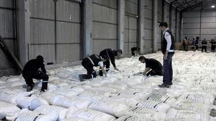 """Celníci ukazují balíčky s """"bílou rýží"""""""