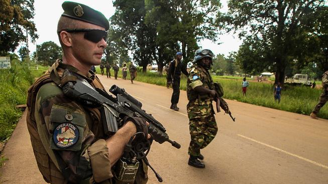 Proti demonstrantům zasahují mírové síly OSN (na snímku)