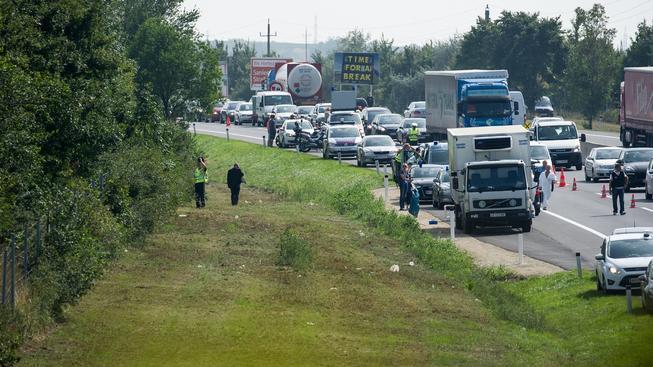 Policie našla v odstavené dodávce těla 71 migrantů, kteří se udusili