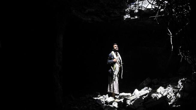 Jemenec v Saná si prohlíží trosky po bombardování