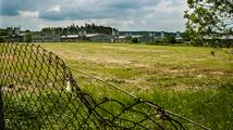 Europoslanci žádají zbourání vepřína v Letech