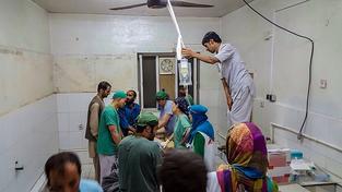 Zaměstnanci organizace Lékaři bez hranic v nemocnici v Kundúzu