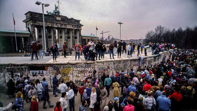 Němci z východní a západní části se setkávají na berlínské zdi v roce 1989